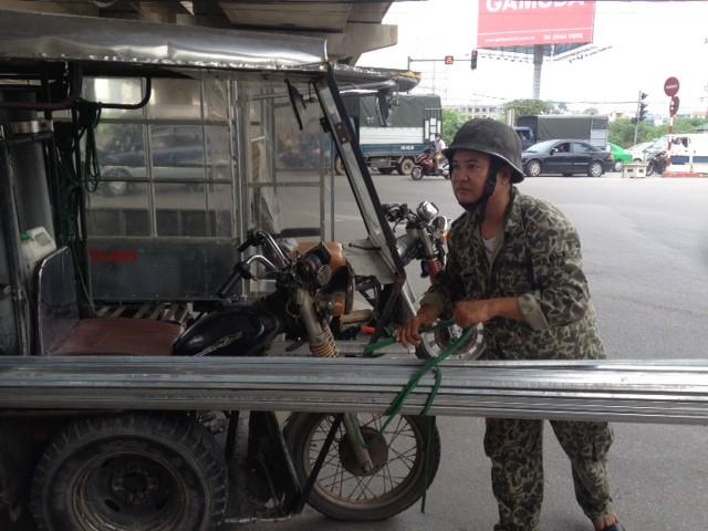 Lái xe Nguyễn Công Vượng buộc phải thực hiện yêu cầu dỡ hàng từ trên xe xuống để đảm bảo ATGT của CSGT