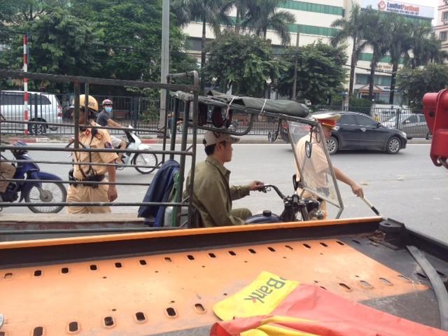 Ngay từ sáng sớm, lực lượng CSGT của các đội đã đồng loạt xuống đường kiểm tra tất cả các trường hợp điều khiển xe ba bánh, xe tự chế, tự dóng hoạt động trên đường