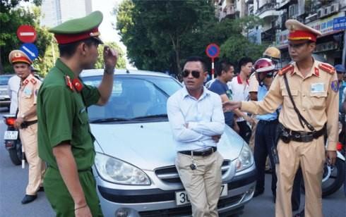 Lái xe ô tô vi phạm Luật Giao thông bị chặn dừng phương tiện