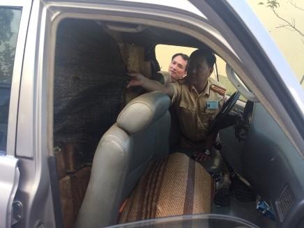 Chiếc xe ô tô được tháo bỏ những hàng ghế phía sau để cất giấu gỗ