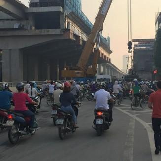 Người tham gia giao thông bị ùn tắc. Lực lượng CSGT đã kiên quyết cẩu xe vi phạm về bãi tạm giữ