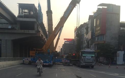 Hai chiếc xe cẩu đỗ gây ùn tắc giao thông trên tuyến đường Nguyễn Trãi