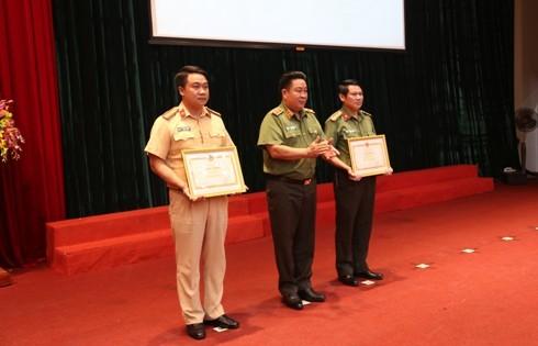 Trung tướng Bùi Văn Thành, Thứ trưởng Bộ Công an trao Bằng khen của Bộ trưởng Bộ Công an cho Phòng Tham mưu CATP Hà Nội và Đội Tuyên truyền điều tra giải quyết TNGT, Phòng CSGT CATP Hà Nội