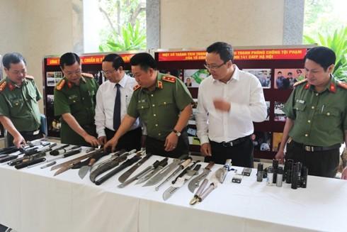 Trung tướng Bùi Văn Thành cùng đại diện lãnh đạo UBND TP.Hà Nội, UBATGT Quốc gia và CATP Hà Nội kiểm tra những tang vật lực lượng 141 thu giữ trong các vụ phạm pháp