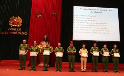 Đại tá Đào Thanh Hải, Phó Giám đốc CATP Hà Nội trao Giấy khen của Giám đốc CATP Hà Nội cho các tập thể, cá nhân có thành tích trong quá trình tham gia công tác 141