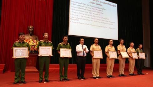 Đồng chí Nguyễn Thế Hùng, Phó Chủ tịch UBND TP Hà Nội trao Bằng khen của Chủ tịch UBND TP Hà Nội cho các tập thể, cá nhân đạt thành tích trong công tác 141