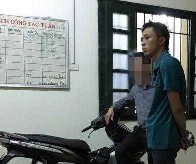 Trước khi bị đưa về trụ sở CAP Thanh Nhàn, mặc dù bị khóa tay song Bảo vẫn thách thức lực lượng làm nhiệm vụ