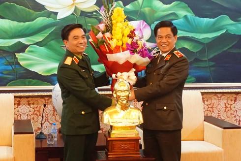 Thiếu tướng Đoàn Duy Khương, Giám đốc CATP Hà Nội chúc mừng Thiếu tướng Nguyễn Doãn Anh, Tư lệnh Bộ Tư lệnh Thủ đô nhân kỷ niệm 70 năm Ngày Toàn quốc kháng chiến
