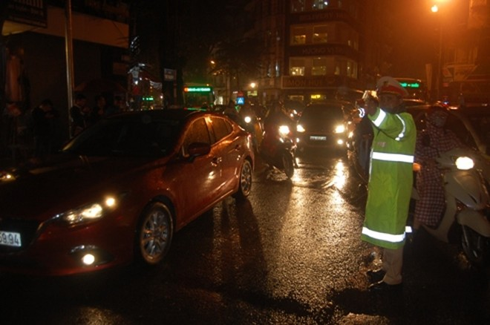 Lực lượng CSGT gồng mình hướng dẫn phân luồng giao thông trong điều kiện thời tiết bất lợi, mật độ phương tiện tăng cao