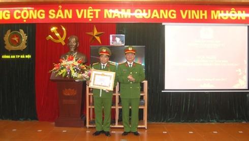 Đại tá Đào Thanh Hải, Phó Giám đốc CATP Hà Nội thay mặt Giám đốc CATP Hà Nội trao Huy hiệu 30 năm tuổi Đảng cho Thượng tá Nguyễn Hùng Lợi, Phó trưởng Phòng CSTT