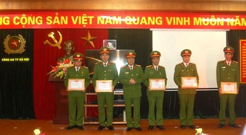Đại tá Đào Thanh Hải, Phó Giám đốc CATP Hà Nội trao Giấy khen của Giám đốc CATP Hà Nội cho các tập thể, cá nhân đạt thành tích xuất sắc trong năm 2016 của Phòng CSTT