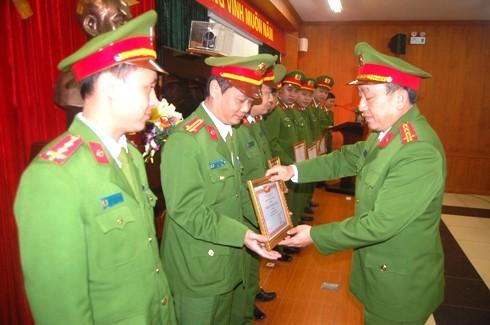 Đại tá Nguyễn Xuân Đình, Trưởng Phòng CSTT trao khen cho các cá nhân, tập thể trong đơn vị
