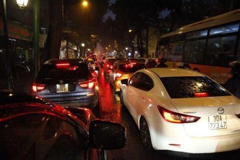 Những dòng phương tiện nối dài trên các tuyến phố trong cảnh ùn ứ. Thời điểm cuối năm, nếu thời tiết tiếp tục mưa to, kéo dài, nguy cơ ùn tắc giao thông sẽ ngày càng xuất hiện trên nhiều tuyến đường. Để đảm bảo ATGT, rất cần sự hỗ trợ, giúp đỡ của các lực lượng cũng như chính lái xe, người tham gia giao thông trên đường