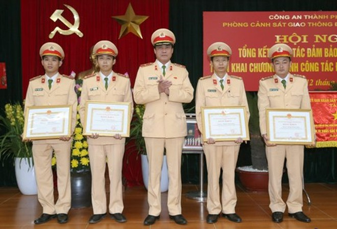 Thiếu tướng Nguyễn Hữu Dánh, Phó Cục trưởng Cục CSGT (Bộ Công an) tặng Bằng khen của UBND TP Hà Nội cho các tập thể, cá nhân của Phòng CSGT đạt thành tích xuất sắc trong công tác