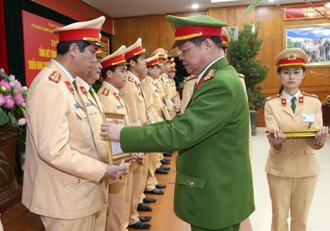 Đại tá Đào Thanh Hải, Phó Giám đốc CATP Hà Nội tặng Giấy khen cho các tập thể, cá nhân của Phòng CSGT đạt thành tích trong năm 2016