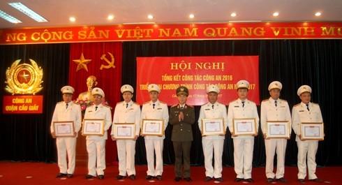 Thiếu tướng Phạm Xuân Bình tặng Giấy khen của CATP Hà Nội cho các tập thể, cá nhân đạt thành tích của CAQ Cầu Giấy