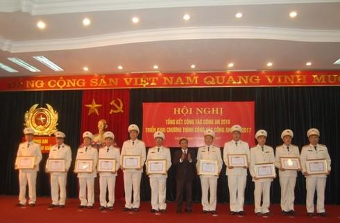 Đồng chí Lê Văn Luân, Bí thư Quận ủy quận Cầu Giấy trao bằng khen cho các đơn vị, cá nhân đạt thành tích của CAQ Cầu Giấy
