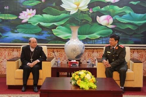 Thiếu tướng Bạch Thành Định đón tiếp ngài Giám mục Vũ Tất đến thăm,