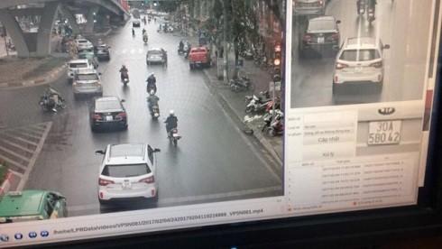 Hình ảnh chiếc xe vi phạm lỗi không chấp hành tín hiệu đèn bị hệ thống camera giám sát, xử phạt ghi lại