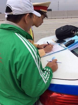 CSGT lập biên bản xử lý lái xe khách vi phạm