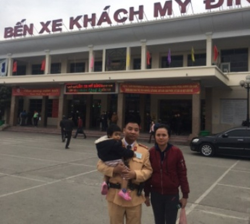 CSGT đưa hai mẹ con chị Ban vào bến xe đón xe khách về quê đảm bảo an toàn