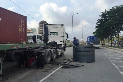 Nhiều xe tải, xe siêu trường siêu trọng chở thép cuộn rơi xuống đường gây tai nạn trên đường