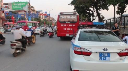 Xe của CSGT tuần tra xác minh, làm rõ những phương tiện, điểm vi phạm đón trả khách trên địa bàn thành phố