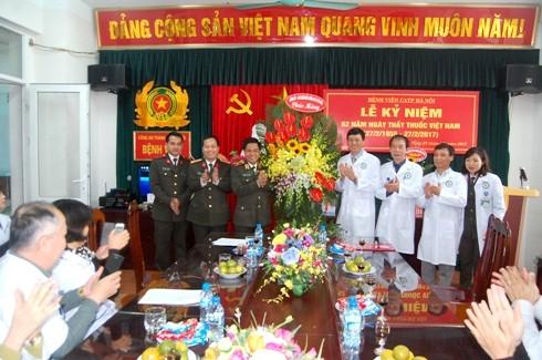 Thiếu tướng Đoàn Duy Khương, Giám đốc CATP Hà Nội cùng Đại tá Đoàn Ngọc Hùng, Phó Giám đốc CATP tặng lẵng hoa chúc mừng Bệnh viện CATP