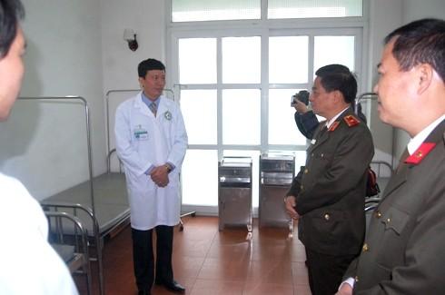 Thiếu tướng Đoàn Duy Khương lắng nghe các ý kiến đề xuất của bệnh viện CATP, đồng thời chỉ đạo, gợi mở nhiều vấn đề giúp nâng cao chất lượng khám, chữa bệnh, chăm sóc sức khỏe cho bệnh nhân, người dân