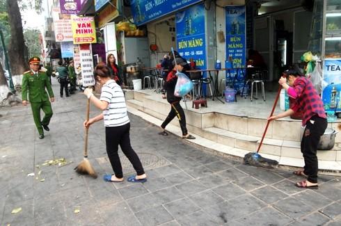 Cùng làm nhiệm vụ với CSTT, TTGT còn có cán bộ môi trường, y tế của phường, quận Hoàn Kiếm, yêu cầu các hộ kinh doanh gây mất vệ sinh môi trường phải thu dọn sạch sẽ