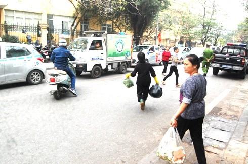 Xe thu gom rác của phường, quận cũng tham gia thu gom rác trên các tuyến phố, giúp cho việc vệ sinh môi trường được sạch sẽ ở những tuyến đường này