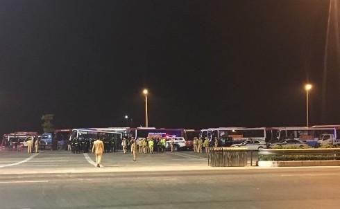 CSGT và các lực lượng chức năng tuyên truyền các nhà xe di chuyển phương tiện ra khỏi khu vực trên