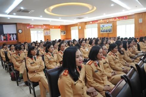 Các nữ CSGT tham gia tập huấn nhằm nâng cao kỹ năng hướng dẫn phân luồng giao thông