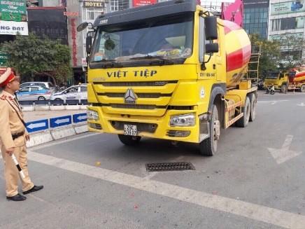 Mặc dù giấy phép Sở GTVT cấp vào phố cấm trong thời gian từ 21h - 6h sáng nhưng xe trộn bê tông trên vẫn cố tình vi phạm