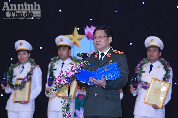 Thiếu tướng Đoàn Duy Khương phát biểu chúc mừng các gương mặt trẻ Công an Thủ đô tiêu biểu, đồng thời nhấn mạnh những yêu cầu nhiệm vụ mà Đoàn Thanh niên CATP cũng như từng đoàn viên cần thực hiện trong thời gian tới