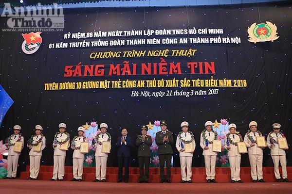 Thiếu tướng Đoàn Duy Khương, các đồng chí Nguyễn Anh Tuấn và Đồng Đức Vũ chúc mừng 10 gương mặt trẻ Công an Thủ đô xuất sắc tiêu biểu năm 2016