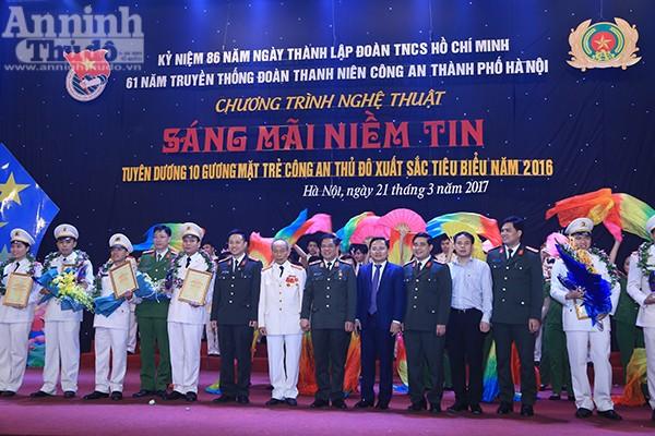 Thiếu tướng Đoàn Duy Khương và các đồng chí lãnh đạo chụp ảnh lưu niệm với 10 gương mặt trẻ Công an Thủ đô xuất sắc năm 2016