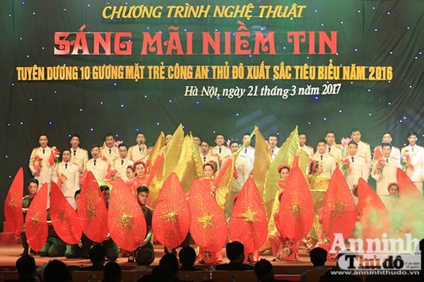 Những ca khúc cách mạng hào hùng như là điếm nhấn tô thắm thêm sự trang trọng cho buổi lễ