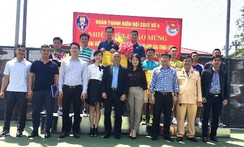 Đảng ủy, Ban chỉ huy Phòng CSGT chụp ảnh lưu niệm với các vận động viên