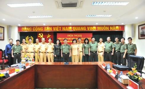 Trung tướng Nguyễn Văn Sơn cùng các đại biểu chụp ảnh lưu niệm
