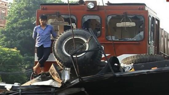 Đoàn tàu hỏa nghiền nát xe tải nhưng may mắn lái xe tải thoát chết