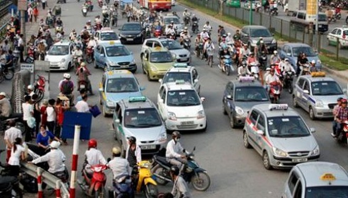 Vi phạm của lái xe taxi vẫn diễn ra tràn lan ở cổng Bệnh viện Bạch Mai, trên đường Giải Phóng
