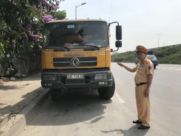 Lãnh đạo CATP Hà Nội cũng yêu cầu lực lượng CSGT tăng cường kiểm tra trên các tuyến đê xung quanh Hà Nội, xử lý nghiêm xe tải đi sai giờ, chở quá tải
