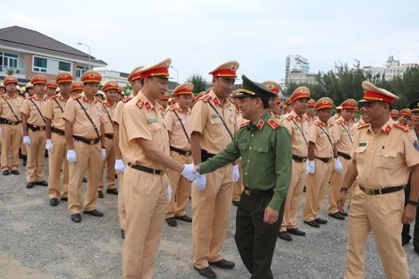 Thiếu tướng Đoàn Duy Khương, Giám đốc CATP Hà Nội cùng chỉ huy Phòng CSGT thăm hỏi, động viên CBCS được tăng cường làm nhiệm vụ bảo vệ, đón, dẫn đoàn trong Tuần lễ cấp cao APEC 2017 tại Đà Nẵng