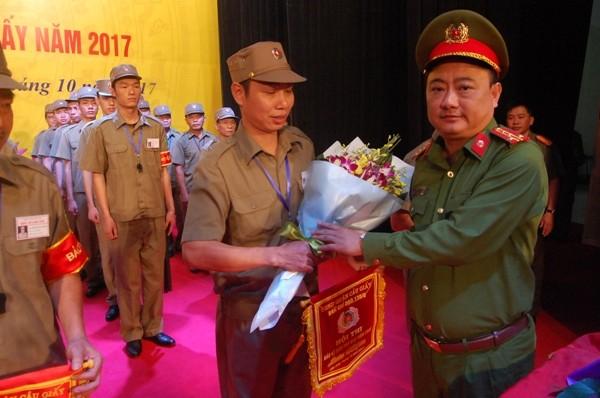 Đại tá Nguyễn Văn Sơn, Trưởng CAQ Cầu Giấy tặng hoa chúc mừng đại diện các đội dự thi