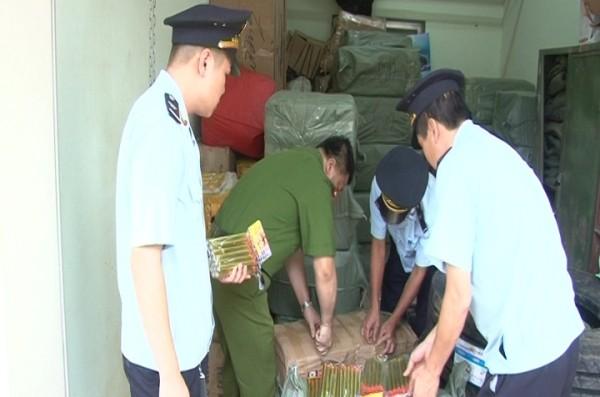 Lực lượng chức năng kiểm tra số pháo nhập lậu