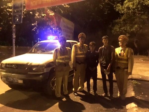 CSGT giúp đỡ hai thanh niên gặp khó khăn trên đường
