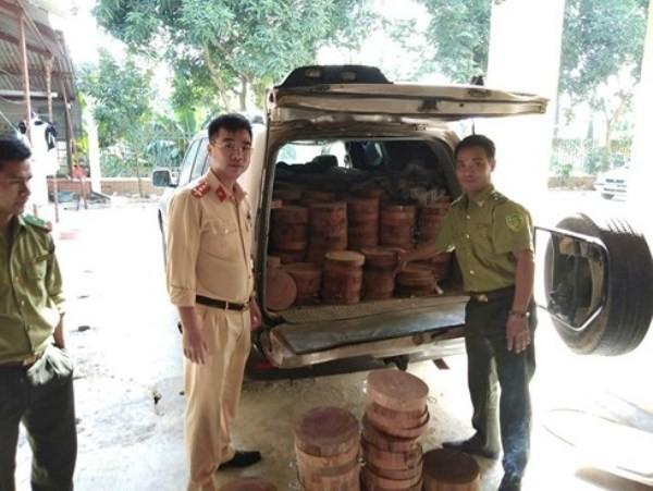CSGT phát hiện gỗ lậu và bàn giao cho lực lượng chức năng xử lý