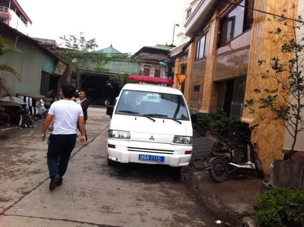 Xe cứu thương túc trực ở khu vực hiện trường tham gia cứu hộ, cứu nạn các nạn nhân