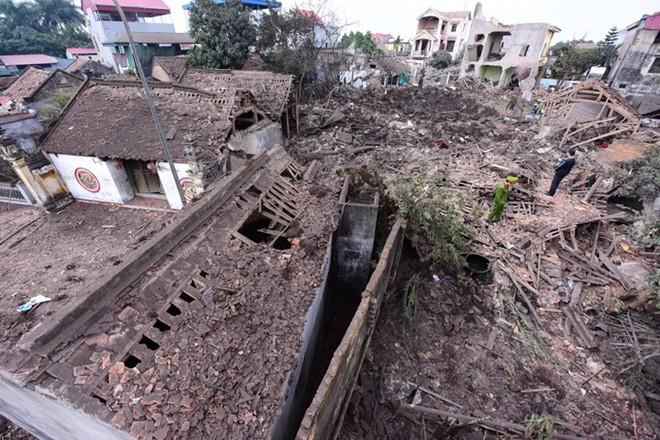 Cả một khu làng bị san phẳng sau vụ nổ, 2 người thiệt mạng và 7 người bị thương